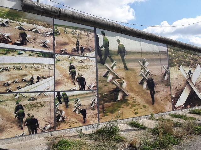 """Die Installation """"Beyond the Wall – jenseits der Mauer"""" des Künstlers Künstler Stefan Roloff"""