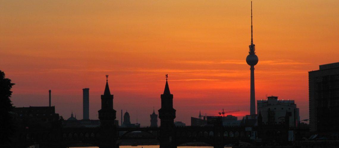 Berlin Oberbaumbrücke, Spree und Fernsehturm bei Abenddämmerung