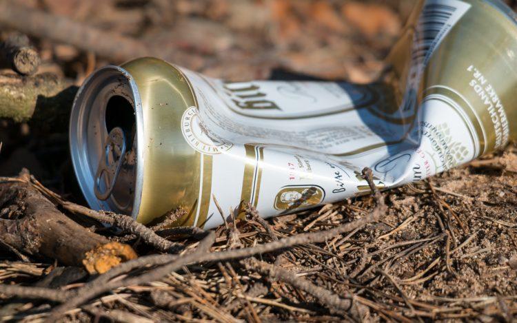 Müll zerbeulte Bierdose auf dem Boden soll auf Notwendigkeit der Müllvermeidung hinweisen