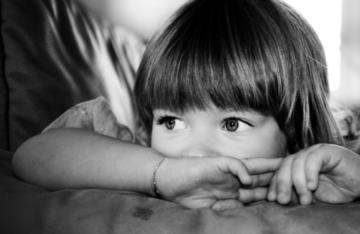 schwarz-weiß Fototgrafie von einem Mädchen
