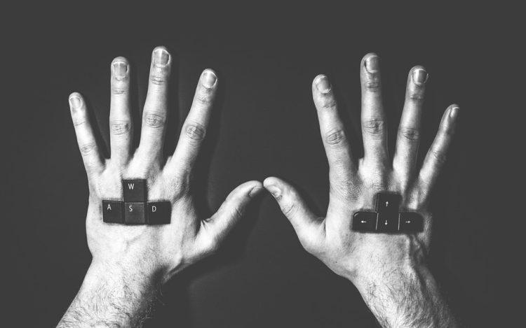 schwarz-weiß Tastaturtasten eingewachsen in Hände auf Handrücken