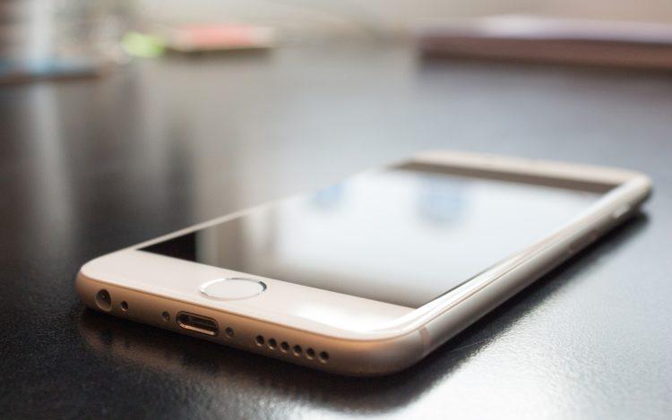 Smartphone mit spiegelndem Display