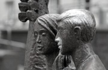 Statue: Mann und Frau aus Stein