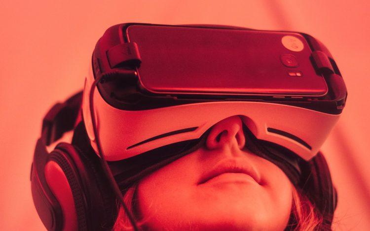 rot eingefärbt: Mädchen schaut mit Virtual Reality Brille nach oben