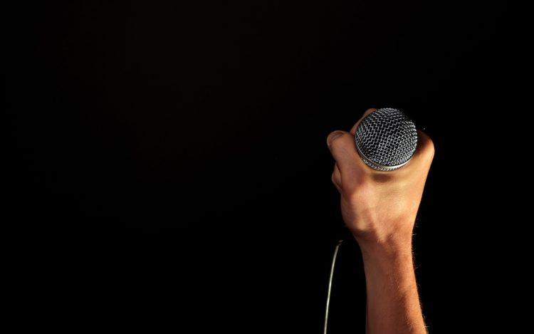 Mikrofon in der Hand gehalten