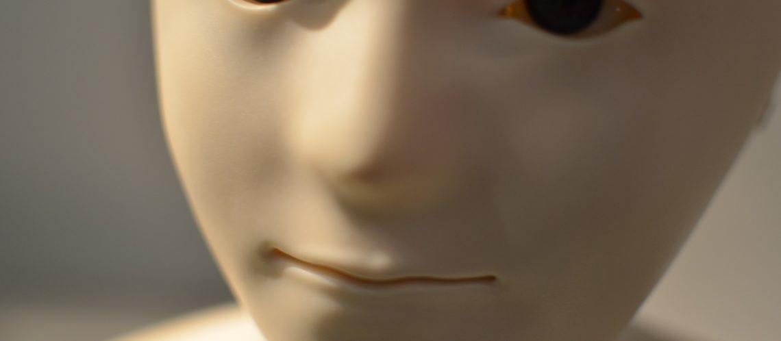 weißes Roboter-Gesicht Nahaufnahme