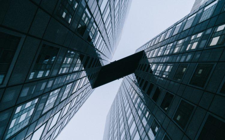 Blick nach oben Hochhäuser Brückenverbindung Blick in den Himmel