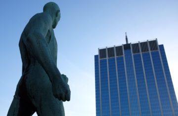Statue vor Hochhaus