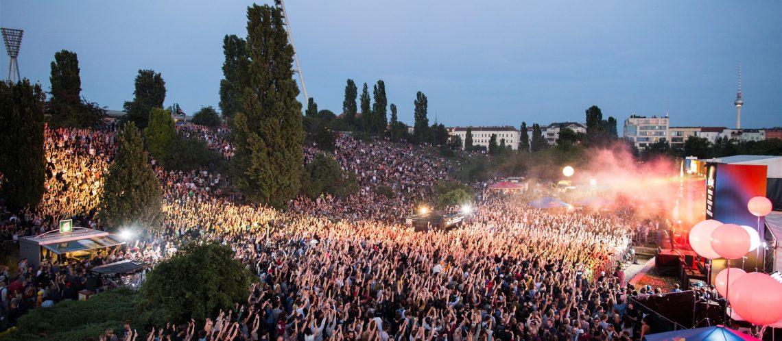 Konzert Bühne Fête de la Musique Berlin Menschenmasse