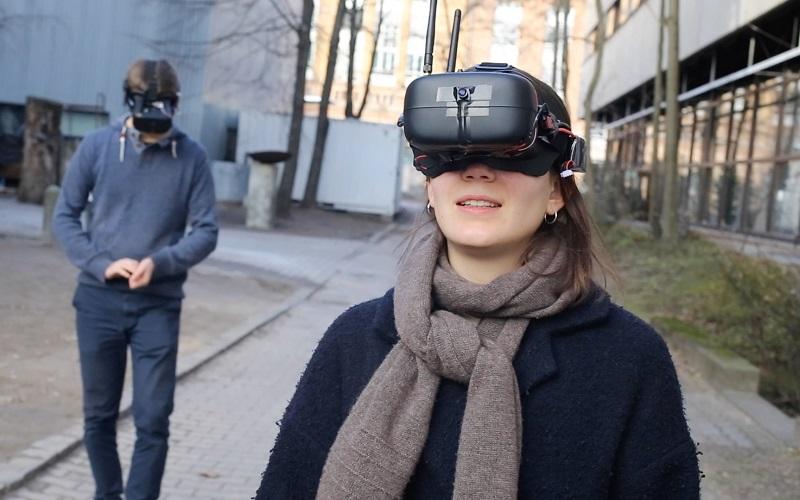 zwei Menschen tragen Virtual Reality Brille digitales Kunstwerk SWAPPED REALITY von Johannes Jakobi
