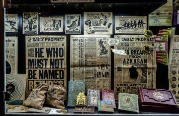 Schaufenster aus Harry Potter mit Daily Prophet Zeitungen und Bildern die sich bewegen