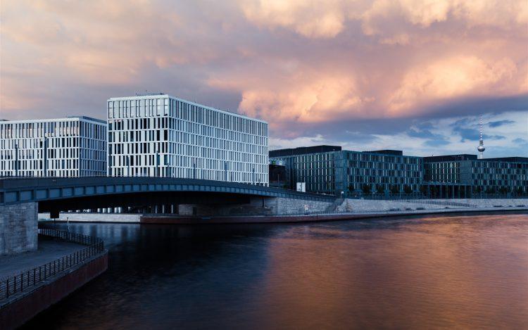 Moderne Gebäude am Ufer der Spreein Berlin Fernsehturm im Hintergrund