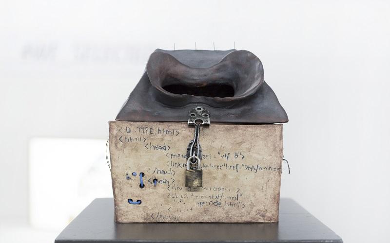 Virtual Reality Brille aus Ton digitales Kunstwerk 'ONLY A FAD' – A modern reliquary von Isabella Asp Onsjö