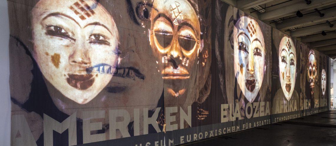 Kunstwerk auf der documenta in Kassel Videoprojektion auf großer Leinwand