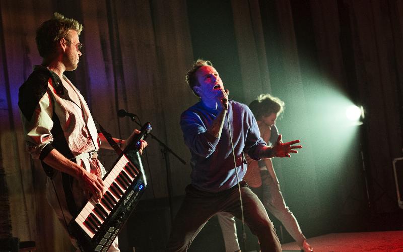 Schauspieler als Band in Love Hurts in Tinder Times von Patrick Wengenroth