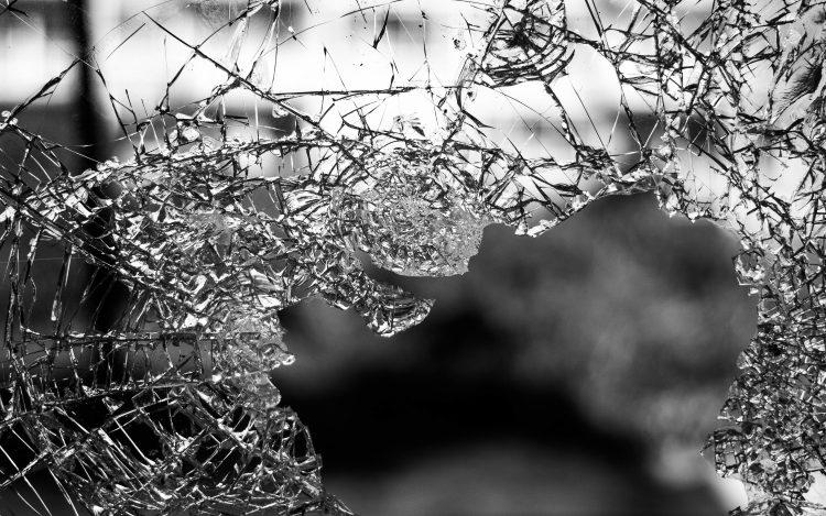Zerbrochenes Glas zum Artikel Wie ein Selfie Kunst zerstört