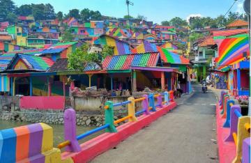 Instagram Trend Foto von dem bunt bemalten Dorf in Indonesien
