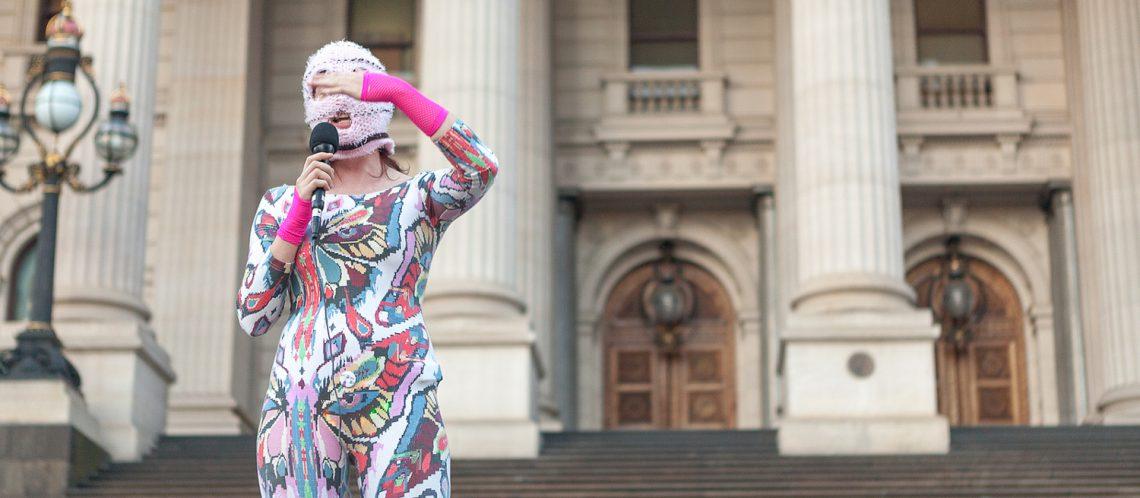 Pussy Riot Anhänger vor Gerichtsgebäude in bunte Kleidung verhüllt; Bild zum Artikel über immersives Theater - die Geschichte der Band
