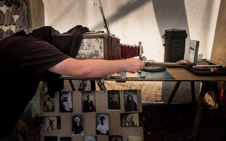 Artur Kowallick fotografiert mit Camera Minutera; Artikel über analoge und digitale Fotografie