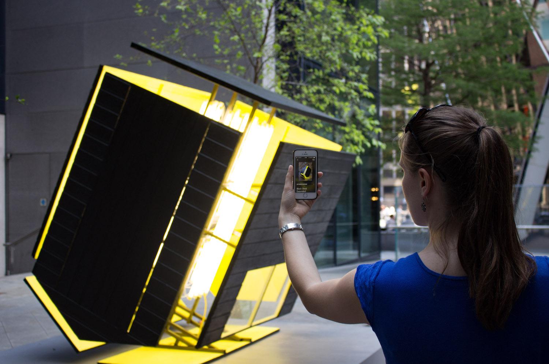 Museen digital: App auf dem Smartphone wird vor ein Kunstwerk im Raum gehalten