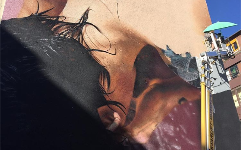Berlinstreetartguide Graffiti zeigt Person, die sich erfrischt