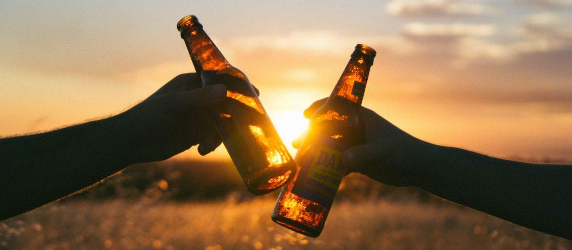 Zwei Bierflaschen stoßen an vor dem Sonnenuntergang zum Artikel Top 10 September Events in Berlin