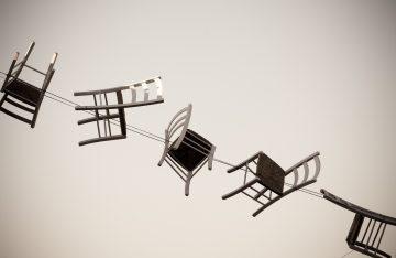 Stühle in der Luft