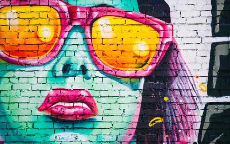 Graffiti zeigt Frau mit Sonnenbrille