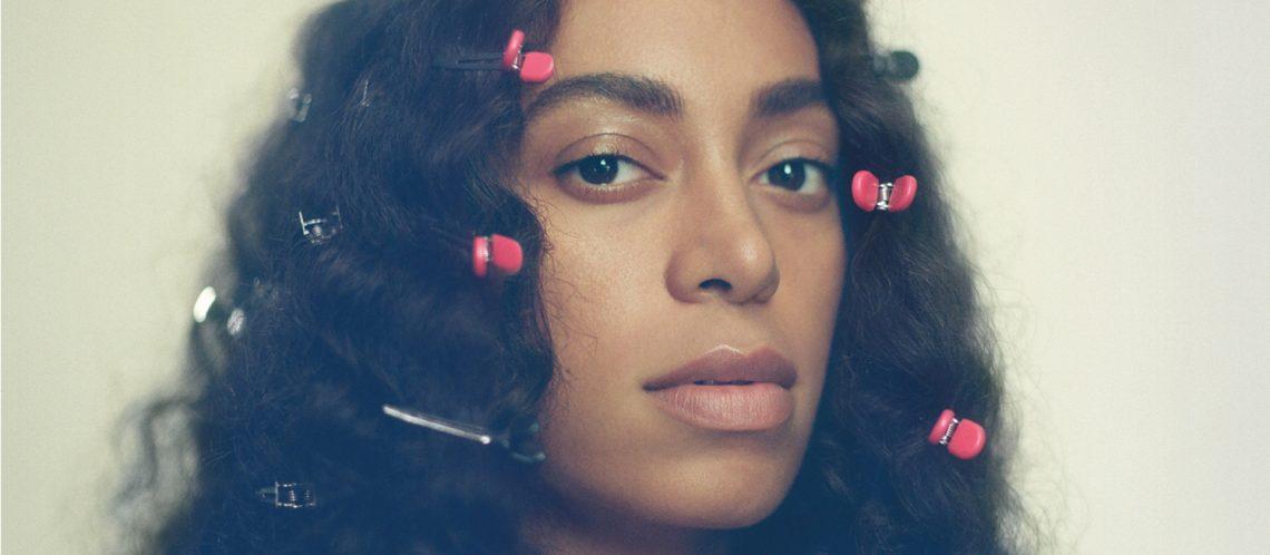 Solange Knowles Porträt mit Haarklammern zum Artikel Die digitale Leinwand von Solange Knowles