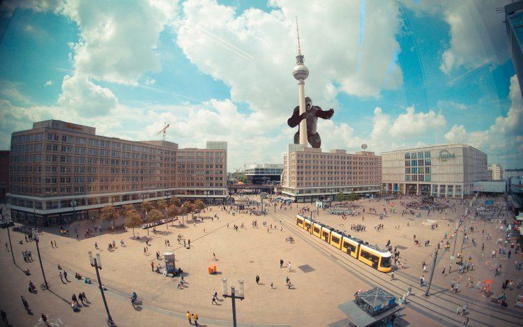 Collage King Kong am Fernsehturm/Alexanderplatz zum Artikel: Superhelden machen Berlin unsicher: Die Berlininja Fotomontagen