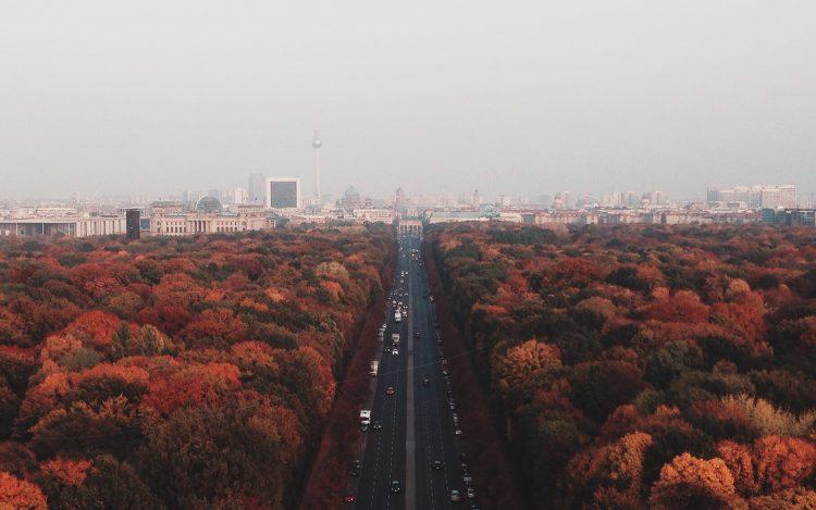 Vogelperspektive auf Berlin im Herbst, Straße des 17. Juni; zum Artikel Top 10 Berlin Events im Oktober