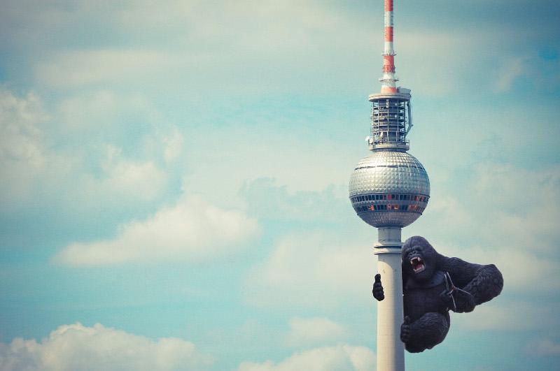 Fotomontage von Berlininja: King Kong klammert sich an Fernsehturm in Berlin