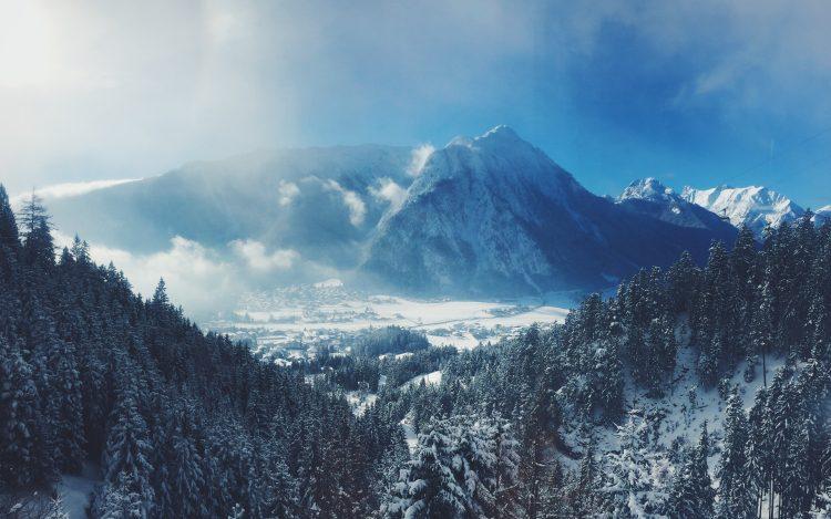 Berge, Gebirge mit Wald und Himmel