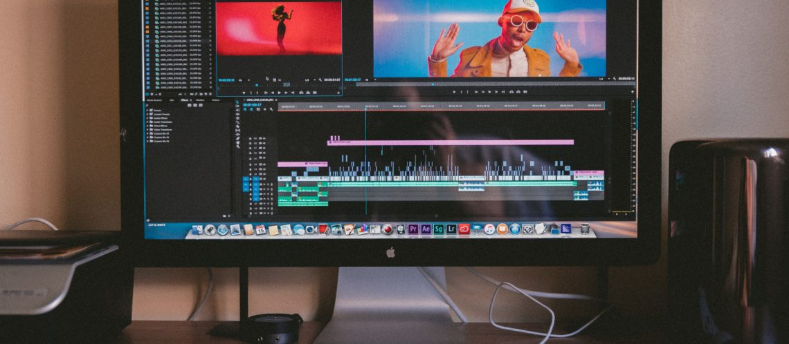 Mac PC mit Schnittprogramm Musikvideo, zum musikalischen Mashup Artikel von Filmszenen