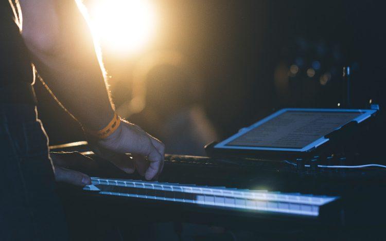 Keyboard Musiker vor Sonne mit Display zum Artikel Kreatives Youtube Musikvideo erzählt Liebesgeschichte auf 14 Screens