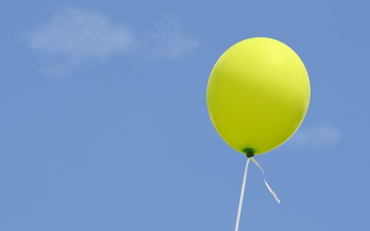 blauer Himmel Wolken grüner Luftballon zu dem Artikelthema Digitale Kunst: Nois7 lässt Elefanten fliegen