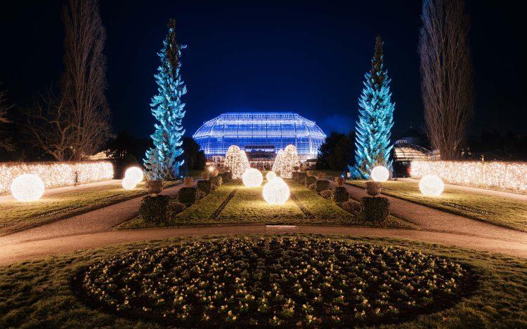 """Beleuchtetes Tropenhaus im Botanischen Garten Berlin zum Artikel """"Wie im Märchen: Der Christmas Garden Berlin"""""""