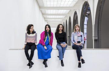 große Halle weiße Wände vier Frauen