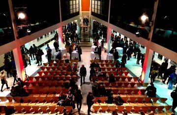 viele Menschen viele Stühle Bilder Stehtische zum Artikelthema Sony World Photography Awards