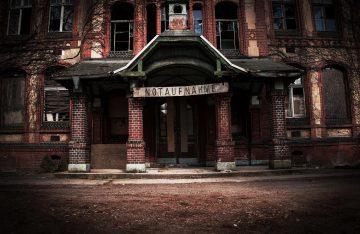 Notaufnahme Eingang Heilstätten Beelitz zum Artikel über den ersten Social-Media-Horrorfilm