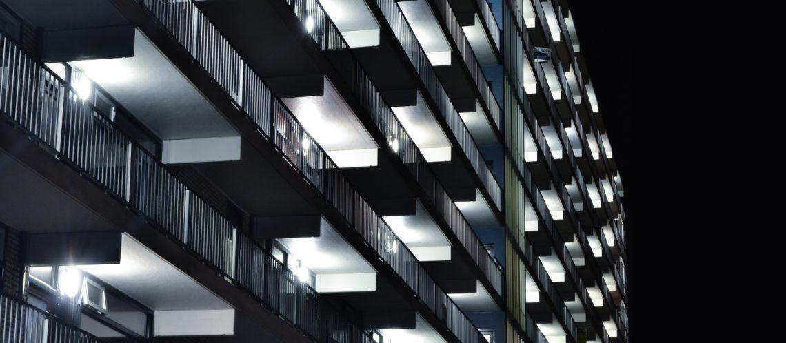 Dunkel Balkone Lichter zum Artikelthema Künstlerkollektiv Peng!: Rausgeschmissene Mieter schlagen zurück