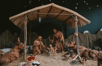 Holzfiguren Maria Joseph Baby Jesus Esel Kuh Krippe Holzhütte dunkler Hintergrund zu dem Artikelthema YouTube Weihnachtsvideo zuDigital XMAS: Maria und Joseph auf Facebook, Twitter und Co.