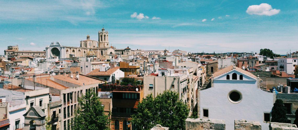 Altstadt blauer Himmel weiße Wolken zum Artikelthema Tarragona: Streetart in der Altstadt