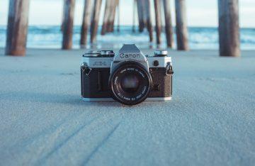Kamera am Strand vor Meer zum Artikel: Viraler Hit: Kamera filmte ihren Untergang & kehrt zurück