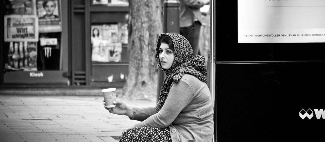 schwarz-weiß bettelnde Frau Straße zum Artikelthema Internet Geschichte: Zwei Obdachlose suchen Vermieter mit Herz
