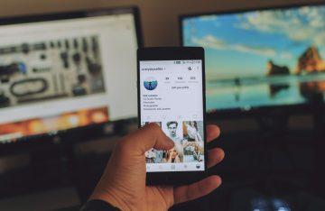 Smartphone mit Instagram und Bildschirmen