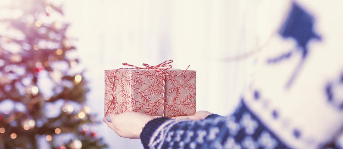 Weihnachtsbaum Geschenk Arm zu dem Artikelthema Ziegen, Socken und Mitmachbücher: Kreative Ideen für Weihnachtsgeschenke