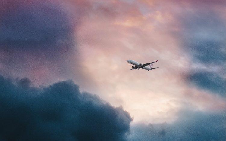 Flugzeug am Himmel zum Artikel-Thema: Twitter News: Pilot zeichnet Tannenbaum über Deutschland