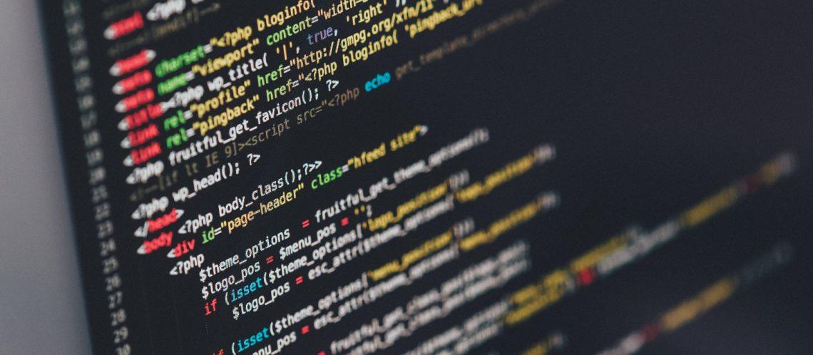 """Computerbildschirm Computersprache zum Artikelthema HAU Berlin: """"Endgame"""" Review"""