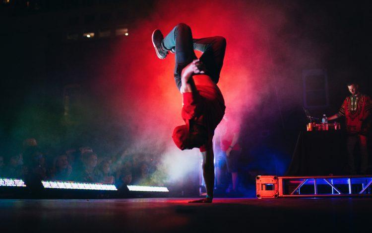 Bühne dunkler Hintergrund rotes Spotlight Breakdancer zu dem Artikelthema Flying Steps Berlin: Erste Dance-Academy mit Tanzbibliothek